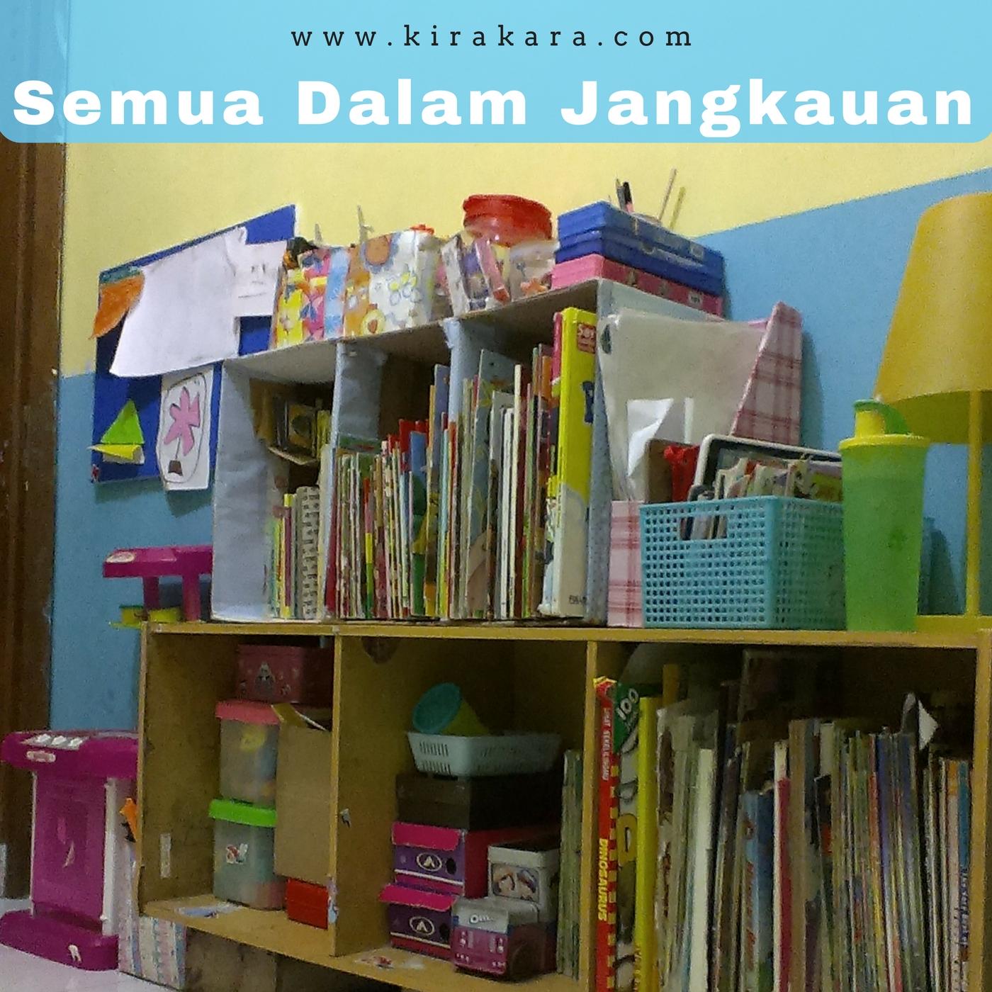 Rak buku & Mainan di kamar Kira & Kara